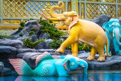 神在文学的天使Kinnaree和动物在游泳 图库摄影