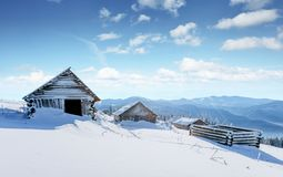 神奇冬天风景庄严山在冬天 不可思议的冬天积雪的树 在山的冬天路 免版税库存图片