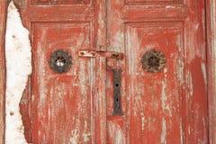 神奇多雪的老木红色门 对房子的神奇入口 图库摄影