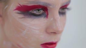 神奇女孩画象有创造性的构成和典雅的发型的 股票视频