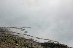 神奇有雾的海岸 免版税库存照片