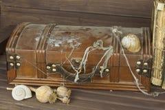 神奇锁着的内阁 配件箱pandora s 胸口珍惜木 发现一个神奇木箱 免版税图库摄影