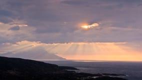 神的光、风雨如磐的天空和日出在一个风景在圣洁山Athos附近 免版税库存照片