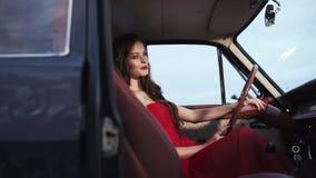 神的妇女在汽车前座坐  股票视频