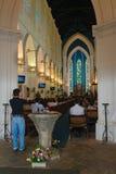 神的神圣的服务在大教堂教会里 免版税库存照片