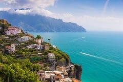 从神的道路,阿马飞海岸, Campagnia地区,意大利的美丽的景色 免版税库存照片