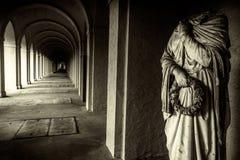 神秘的古老石走廊和罗马大理石象 库存照片
