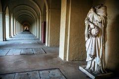 神秘的古老石走廊和罗马大理石象 免版税库存照片