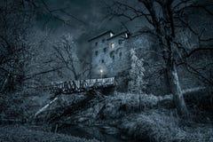 神秘的城堡与护城河的夜 免版税库存照片