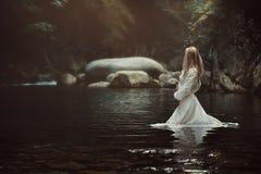 神秘的小河的美丽的妇女 免版税图库摄影