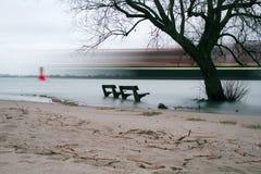 神秘的长凳和船 免版税库存照片