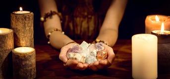 神秘算命者拿着医治用的石头的的概念和生活 免版税库存图片