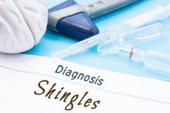 神经学锤子、脑子形状、注射器有针的和小瓶医学是在题字诊断木瓦旁边 Diagnosti 库存图片