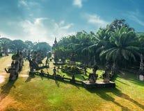 神话和宗教雕象在Wat Xieng Khuan菩萨停放 老挝 免版税图库摄影