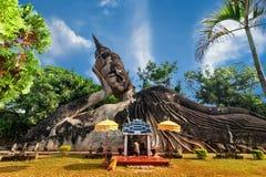 神话和宗教雕象在Wat Xieng Khuan菩萨停放 免版税库存照片