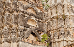 神话在12世纪寺庙,泰国被雕刻的塔计算  库存图片