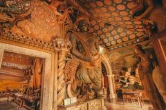 神话雕塑和艺术品在18世纪寺庙有五颜六色的装饰的墙壁的 免版税库存照片