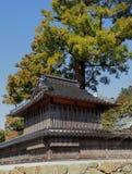 神道的信徒thearchy的旅馆与树和蓝天 免版税库存照片