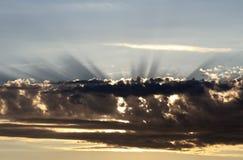 神轻发光从云彩的后面 库存图片