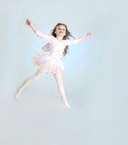 神仙服装跳跃的逗人喜爱的女孩 免版税库存图片