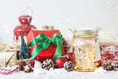 神仙的圣诞节假日在有圣诞节decoratio的一个瓶子点燃 免版税库存照片