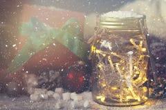 神仙的圣诞节假日在有圣诞节decoratio的一个瓶子点燃 库存图片