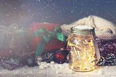 神仙的圣诞节假日在有圣诞节decoratio的一个瓶子点燃 库存照片