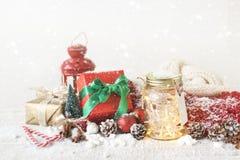 神仙的圣诞节假日在有圣诞节decoratio的一个瓶子点燃 免版税图库摄影