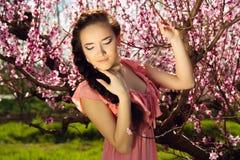 神仙的女孩在花盛开庭院里 库存图片
