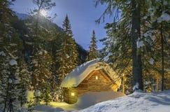 神仙的房子在森林被月光照亮冬天夜 库存照片