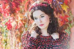 神仙的秋天女孩画象有红色秋天花圈的 库存照片