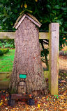 神仙的门在树上小屋里 免版税库存照片