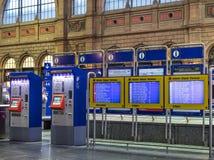 票在苏黎世主要火车站大厅里自动化 库存照片