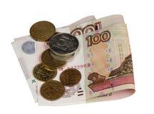 票据五百枚和一百卢布和硬币 免版税库存图片
