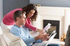 票据耦合讨论家庭膝上型计算机使用 免版税图库摄影