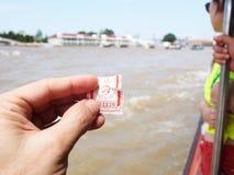 票昭拍耶河小船船物品&人运输,曼谷,泰国 免版税图库摄影