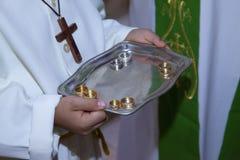 祭坛侍者的手的细节 免版税图库摄影