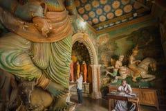 祷告、职员和艺术品在18世纪寺庙有sculptiures和装饰的墙壁的 图库摄影