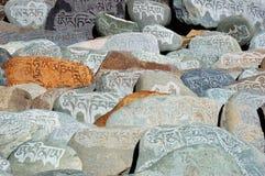 祷告向西藏人扔石头 库存图片