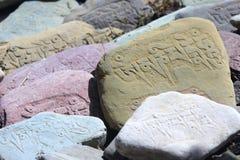 祷告向西藏人扔石头 免版税图库摄影