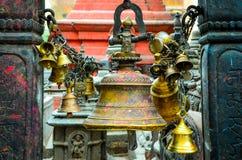 祷告响铃细节在佛教和印度寺庙,加德满都的 免版税库存图片