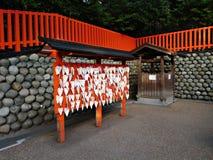 祷告在Fushimi Inari Taisha,京都,日本上 图库摄影