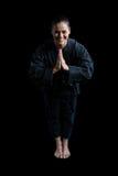 祷告姿势的女性空手道球员 库存图片