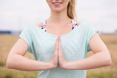 祷告姿势的妇女 免版税图库摄影