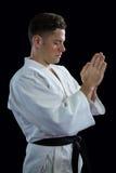 祷告姿势的空手道球员 库存图片