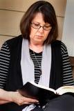 祷告战士读圣经 免版税库存照片