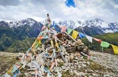 祷告旗子和山脉在背景中 库存图片