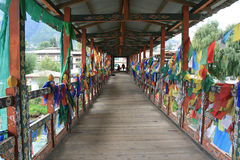 祷告旗子在一座桥梁的路轨被挂了在廷布(不丹) 库存照片