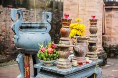 祷告的法坛在Po Nagar可汗佛教寺庙耸立 免版税图库摄影