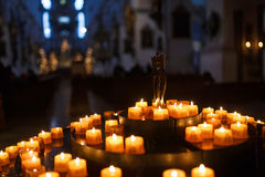祷告的蜡烛在教会里 库存照片